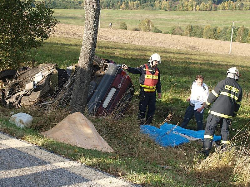Při úterní nehodě na rozhraní českokrumlovského a prachatického okresu nedaleko Chvalšin zahynuli tři lidé.