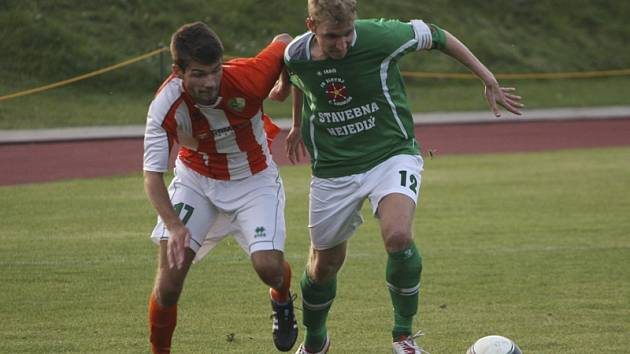 Krumlovský kapitán Michal Pliška (vpravo v souboji s roudenským Průchou) stejně jako v podzimním utkání (na snímku) patřil k oporám Slavoje i v odvetě, kterou navíc gólově rozhodl.