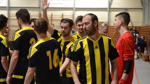 Bombarďáci ústy hrajícího kouče Rudolfa Weinharda (v popředí) zvou fandy v sobotu do haly budějovické Lokomotivy.