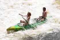 Zpěněná Vltava, silnější proud, zkušenost či nezkušenost, to vše poskytuje zážitek jak samotným vodákům, tak přihlížejícím.