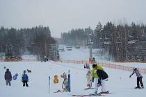 Lyžaři, stačí jenom vzít lyže a běžky a vyrazit na svahy i trasy v regionu. Takto to vypadá na Lipně.
