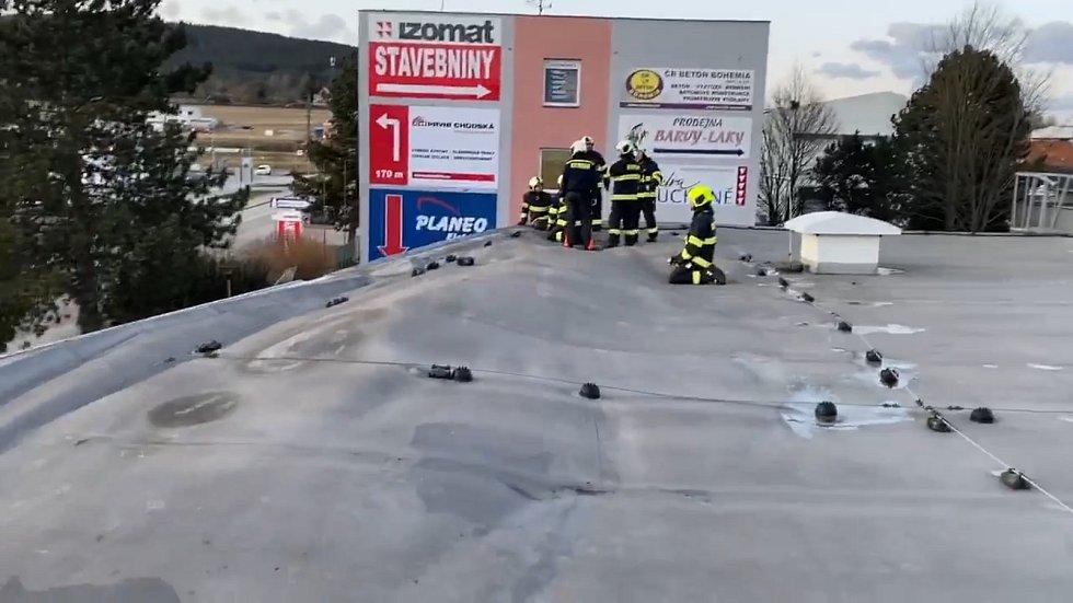 Krumlovští hasiči v pondělí zatížili uvolněnou střechu na obchodním středisku Fast Mall na Tovární ulici v Českém Krumlově.
