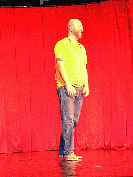 Jan Holík - herec, jemuž bude letos 36 let, pochází z Plzně. V sobotu večer rozesmál publikum v Českém Krumlově.