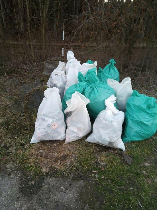 Parta dobrovolníků se pustila do úklidu odpadků v okolí Kaplice.
