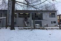 Tlaková vlna po výbuchu plynu v kotli vyrazila okna kotelny na Plešivci.