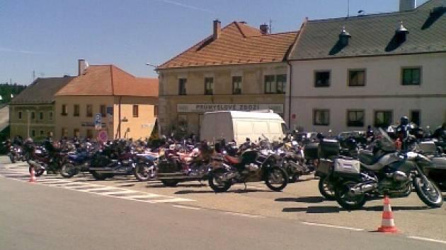 Před dalšími kilometry se motorkáři posilnili ve Vyšším Brodu.