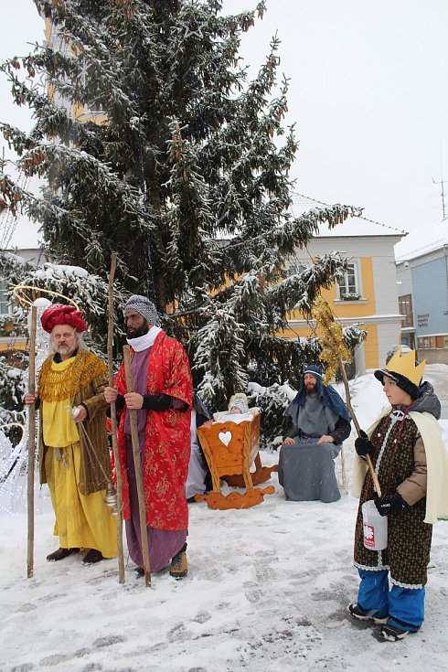 Tři králové se všemi tříkrálovými koledníky v sobotu zahájili charitativní sbírku v Kaplici a okolních obcích a osadách.