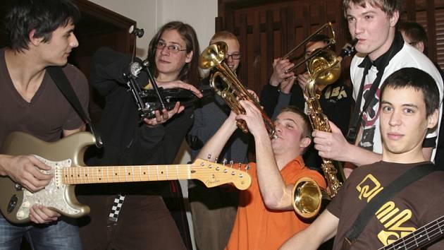 Místo toho, aby českokrumlovští Pub Animals trávili čas před svým vystoupením v objetí fanynek či na baru, drtí v šatně ostošest své nástroje.