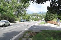Přerušovaná čára před krumlovskou nemocnicí.