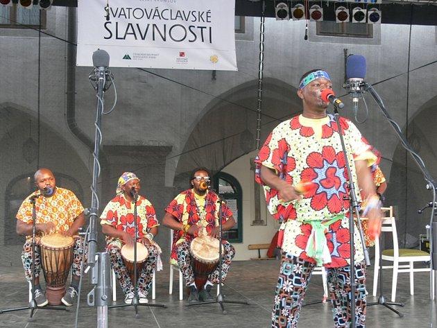 KAM PANENKY, KAM JDETE? Na to se nadšeného davu ptali černošští muzikanti sdružení Mbunnda Afrika, v němž hostovali hudebníci z Konga a Guinee. Za přízeň počasí se prý pomodlil i jejich šaman.