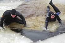 Nácvik záchrany osob z ledu v lipenském jezeře.