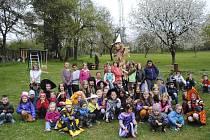 Děti ze školy a ze školky v Přídolí přivítaly jaro.