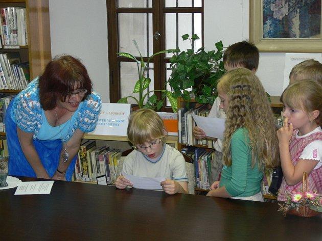 Sotva se naučí pár písmenek, už míří do knihovny. Hodně malých dětí je zapáleno je literatury. S přibývajícím věkem ale u někoho zájem úplně upadá.