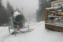 Na Kramolíně děla chrlí sníh.
