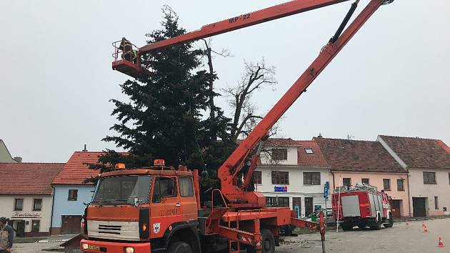Zdobení vánočního stromu ve Velešíně.