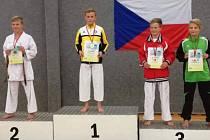 Martin Kutlák (na nejvyšším stupni) vyhrál kumite v nabité kategorii 12 až 13 let a vysloužil si pochvalu kouče.