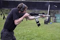 Punc mezinárodního měření sil dodal krumlovskému závodu Eggenberg Shotgun start střelců z Rakouska (na snímku Andreas Gaberscik soutěžící v divizi Open).