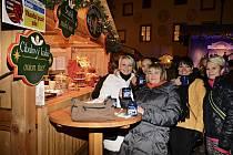Kdo přišel s kupony z Deníku, měl vánoční punč zdarma.ři Česko zpívá koledy dýchalo v Českém Krumlově náměstí všeobecnou pohodou.