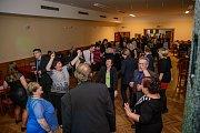 Hasiči se v Holubově na plese výborně bavili.