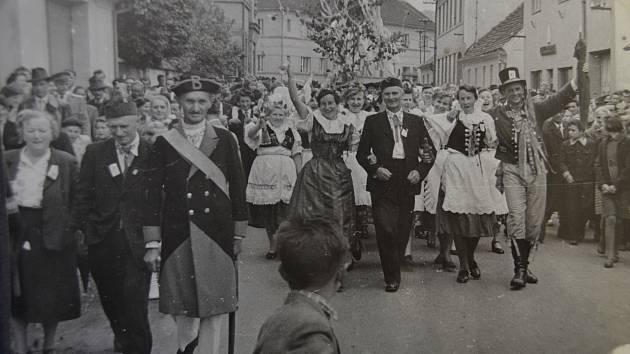 Konopickou slavnost zahájil průvod všech účastníků obcí, při kterém na dodržování pořádku dohlížel Jan Zimmermann (vlevo v popředí se šerpou) v roli obecního drába.