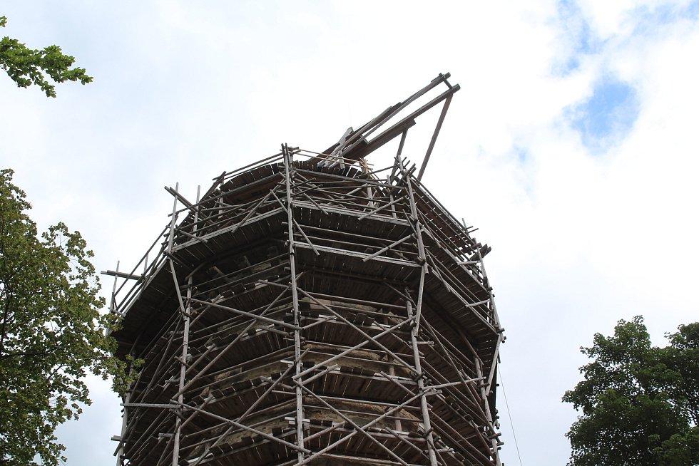 Téměř dva roky stála na vrcholu Jakobínky replika středověkého jeřábu postaveného podle skic Leonadra da Vinci, součástí stavebního experimentu byla i stavba lešení.