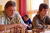 První hráč chvalšinského Sokola - velezkušený František Korostenski (vlevo) - prokázal v rozhodující partii odvahu zariskovat a z nevýhodné pozice nakonec vybojoval třetí postupový bod.