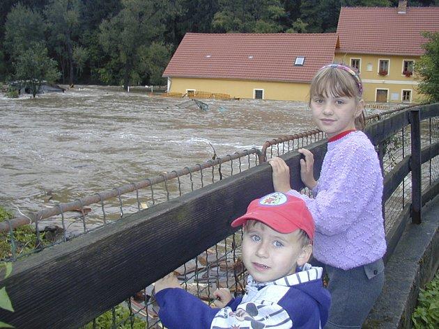 Ničivá povodeň udeřila v regionu nejsilněji právě před deseti lety. Na snímku bývalý Pineckerův hamr v Pobřežní ulici v Kaplici.
