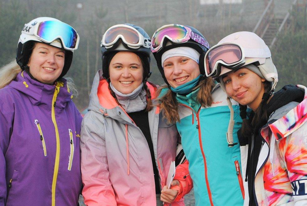 Budoucí instruktorky lyžování a snowboardingu absolvovaliy týdenní kurz.