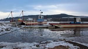 Převoz v Horní Plané na jinak zamrzlém Lipně