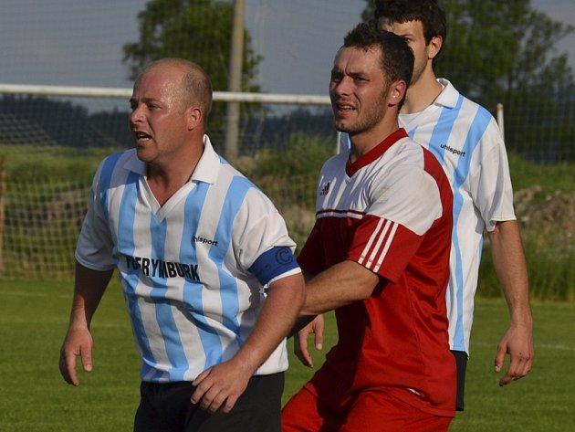 V minulém kole zařídil frymburský kapitán Dušan Račák (vlevo před Stanislavem Brabcem) svému týmu výhru v Křemži, dnes povede Šumavu do derby šlágru s Větřním.