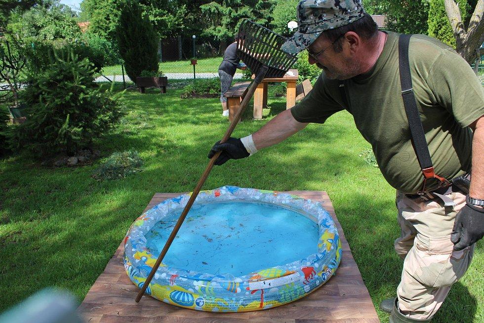 Miloslav Dekret ukazuje díry v lině pod bazénkem.