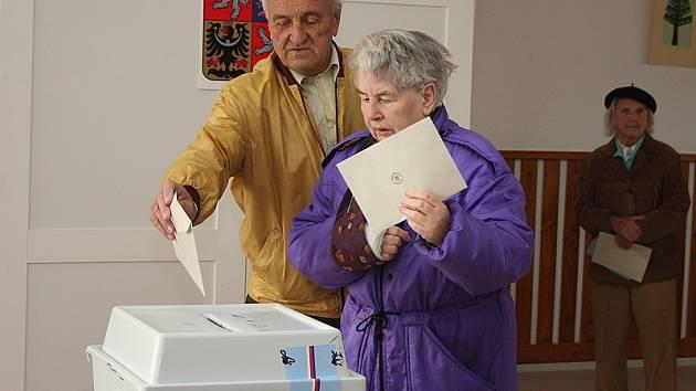 V Holubově volili v úvodních hodinách především důchodci.