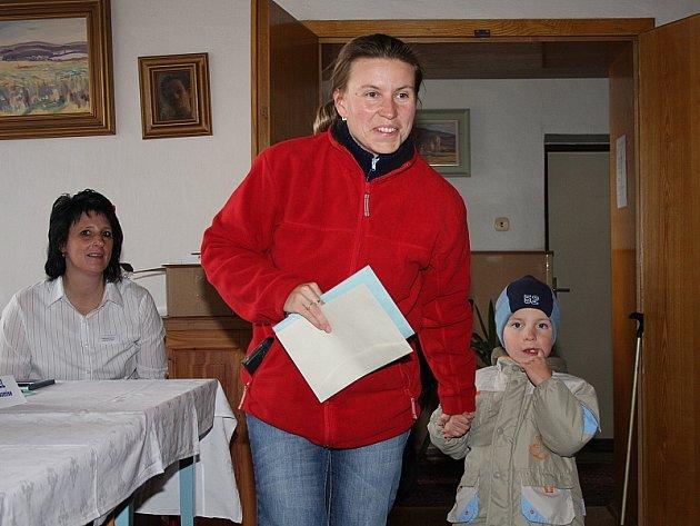 Některé rodiče doprovázely do volebních místností jejich ratolesti.
