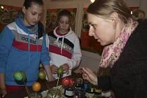 Vytvořit si svou kraslici přišli v sobotu v rámci Vajíčkového dne do Stifterova památníku v Horní Plané místní obyvatelé i turisté, kteří k Lipnu vyrazili prožít Velikonoce. Jejich díla pak ozdobila světnici rodného domku slavného literáta.