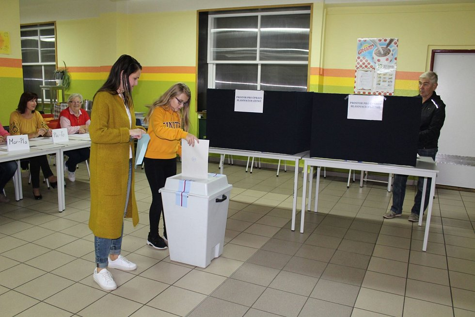 V Základní škole Fantova v Kaplici sedí v jedné místnosti dvě volební komise.