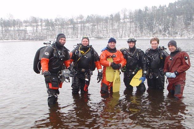 """02 """"Rok předtím, to mi bylo třináct, jsem začal chodit do krumlovského kroužku vodních záchranářů a potápěčů. Tehdy ho vedli pan doktor Jegorov a Otto Zemek. Pak jsem si postupně zvyšoval potápěčskou kvalifikaci pod systémem CMAS a UDI. Avroce 2002jsem"""