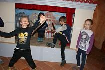 Děti ze Zubčic v krumlovských klášterech a ve své škole při zpracování těsta.