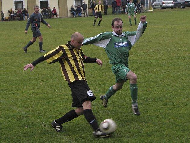 Okresní soutěž muži - 11. kolo: Holubov - Vyšší Brod B 4:2 (vpravo autor jedné branky hostů Jan Straka atakující domácího Františka Kroihera).