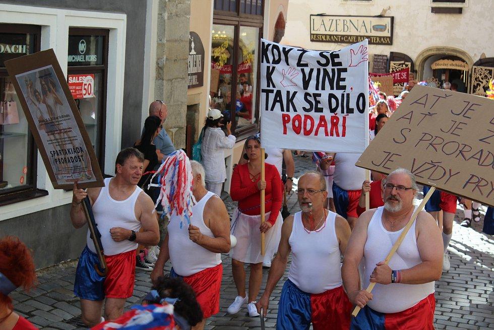 Spartakiádní průvod v Českém Krumlově a spartakiáda na zámku.
