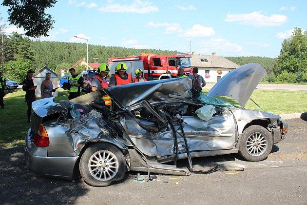 Pravděpodobně přehlédnutí výstražného světelného znamení bylo důvodem nehody osobního automobilu a osobního vlaku na železničním přejezdu vHolubově.
