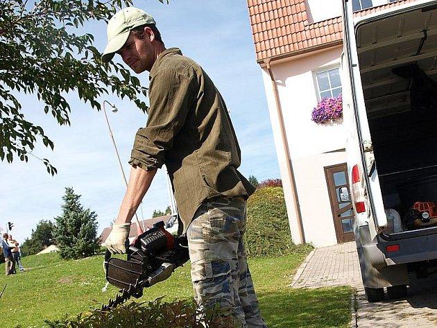 Jednou z novodobých dominant Kaplice Nádraží se stal parčík, který pravidelně udržují zahradníci z českokrumlovské firmy (na snímku).