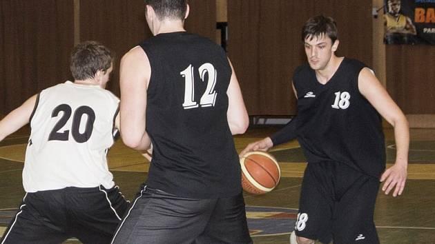 Jakub Šulek (s míčem) nakoukl do krajského basketbalu v sezoně 2011/12. Poté se prosazoval v dresu rezervy Spartaku v SOP a v této sezoně se vrátil do áčka. Nyní patří ke stabilním pilířům sestavy kouče Blažka. Víkendová utkání se mu povedla i střelecky.