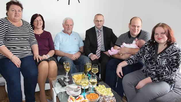 Předání dárku od města se zúčastnili babička Anna Hableová (zleva), matrikářka města Velešín Dana Kollarová, dědeček Jiří Hable, starosta města Josef Klíma a rodiče malé Terezky Petra a Josef Vodrážkovi.
