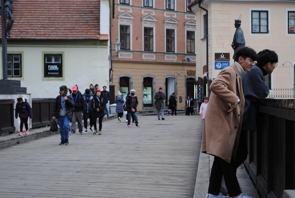 Od nového roku do Českého Krumlova jezdí, i když není sezóna, kolem čtyřiceti zájezdových autobusů denně.