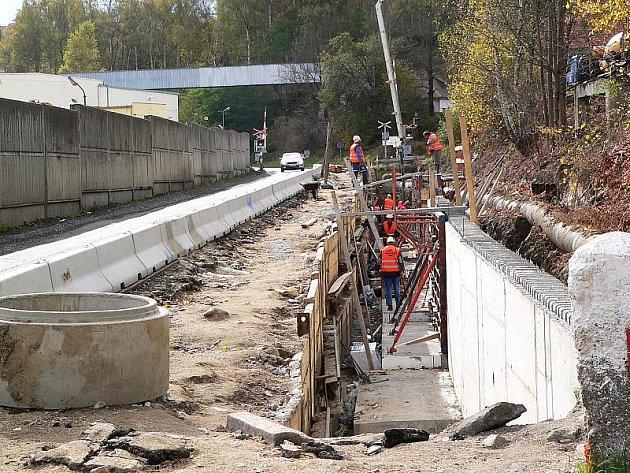 Do konce roku bude uzavřen jeden pruh před Větřním od Českého Krumlova po železniční přejezd. Důvodem je stavba nové opěrné zdi.