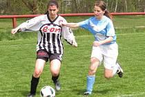 Definitivní klid na kaplické kopačky přinesla třetí branka, pod kterou se podepsala Zuzana Matoušková (vlevo s míčem uniká blatenské Janě Křivancové).