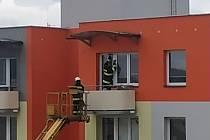 Hasiči na sídlišti Mír osvobozovali ženu uvízlou na balkóně.