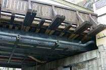 Nevěřícný údiv vyvolá teď prakticky na každé tváři pohled na spodní konstrukci českokrumlovského Lazebnického mostu.