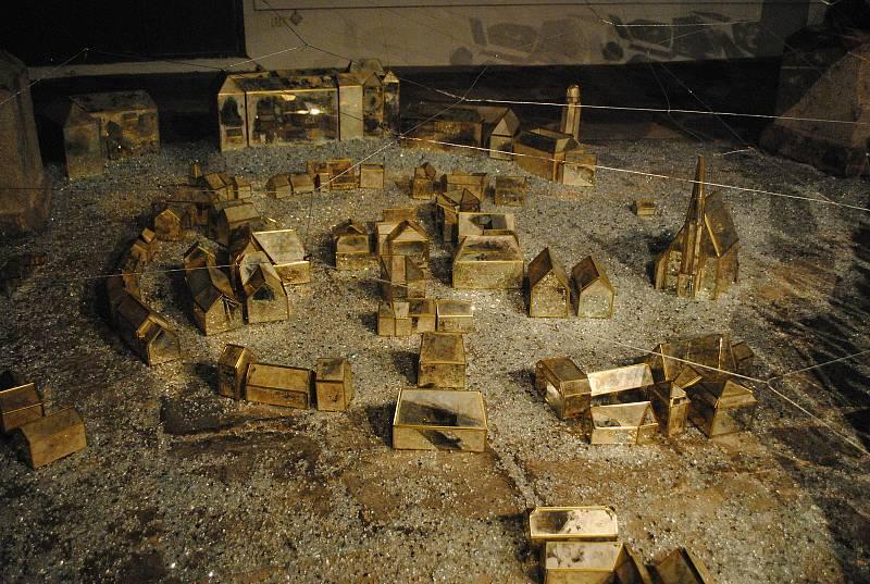 Detail skleněné instalace Tetse Ohnariho znázorňující čas plynoucí nad historickým městem Krumlovem a jeho obyvateli.