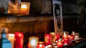Lidé na počest Jana Palacha tiše prošli městem a rozsvítili svíčky na náměstí.